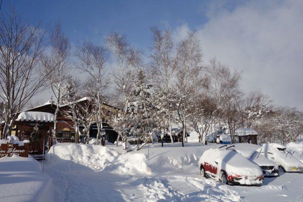 雪の中の駐車場